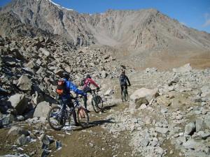 Kyrgystan 16 dagen bikers voor rotswand