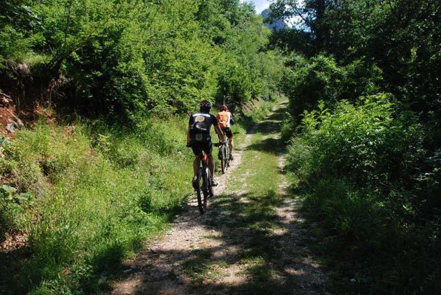 Bosnie 2 bikers in bos